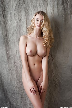Blonde is showing us her sexy curves