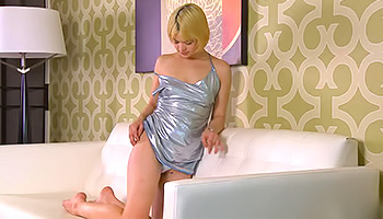Latex loving blonde whips her vibrator out